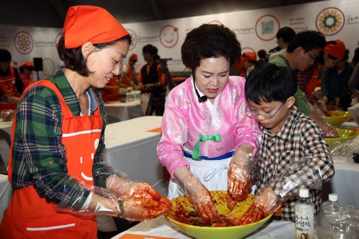 3.Du khach hoc lam kim chi